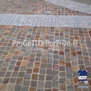 strada pavimentata con cubetti di porfido a file parallele