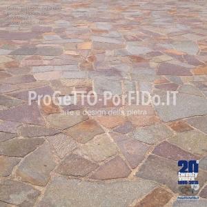 piazzale pavimentato con mosaico di porfido colorato misto viola