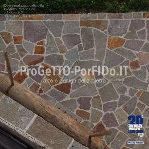 foto di marciapiedi fatti con mosaico di porfido trentino