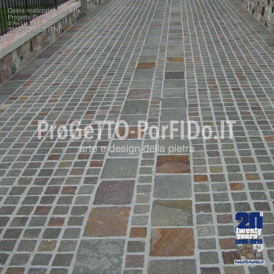 strada di accesso pavimentata con piastrellino di porfido