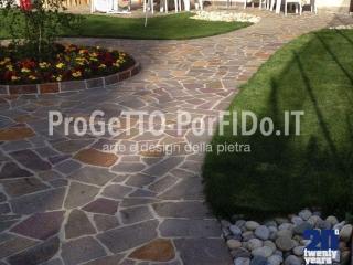 passerella di porfido a mosaico colorato in giardino