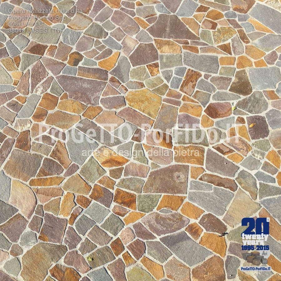corte pavimentata con porfido a mosaico misto gigante colorato